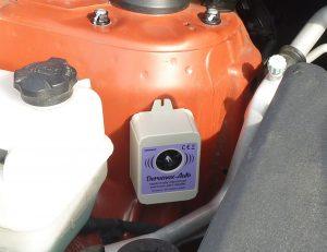 Ultrazvukový bateriový odpuzovač kun do motorového prostoru auta.